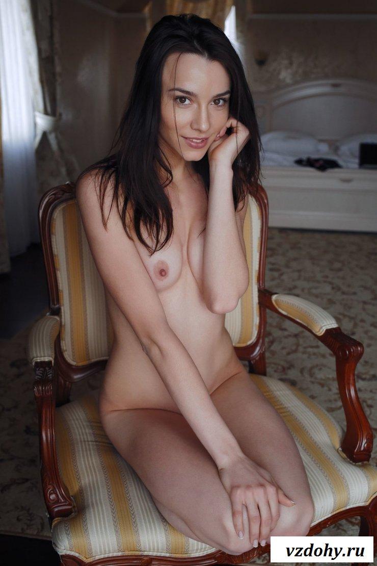 Брюнетка эротично показала девушкины прелести