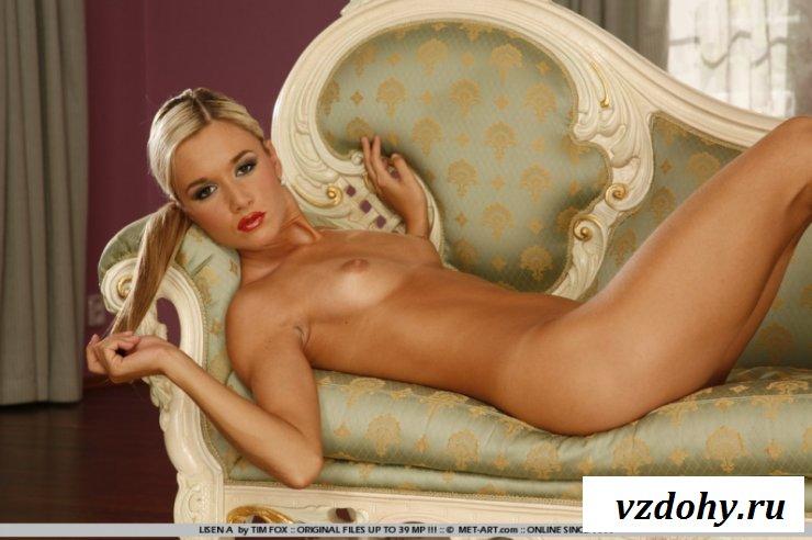 Обнаженная блондинка поражает красотой раком