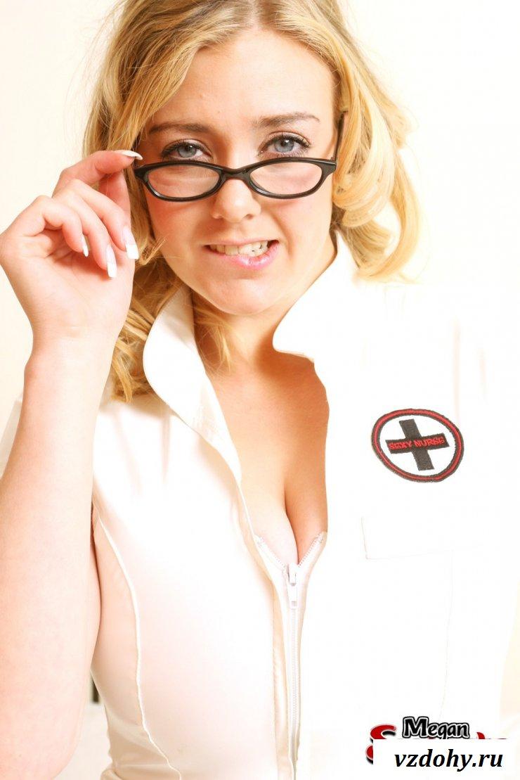 Зрелая медсестра восхищает раздетыми формами