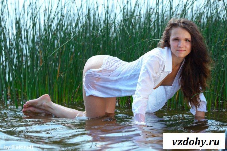 Молодая дама устроила эротику в реке