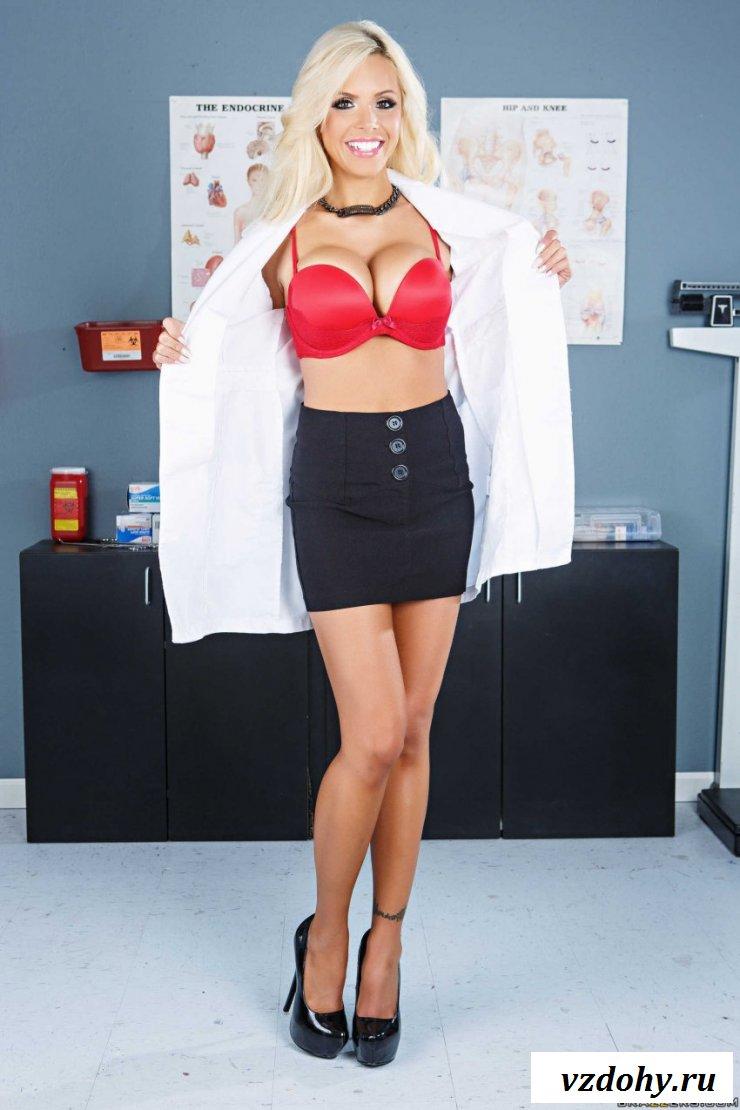 Медичка демонстрирует голые сиськи на работе