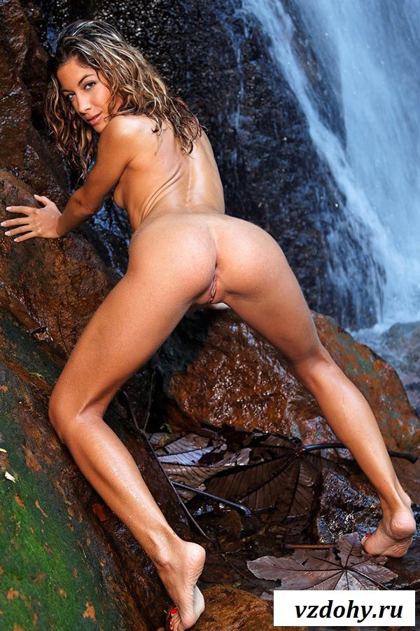 Барышня показала настоящую эротику у водопада