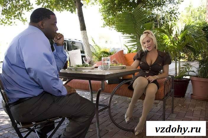 Обнаженная женщина соблазняет вареником парней в кафе (39 фото эротики)