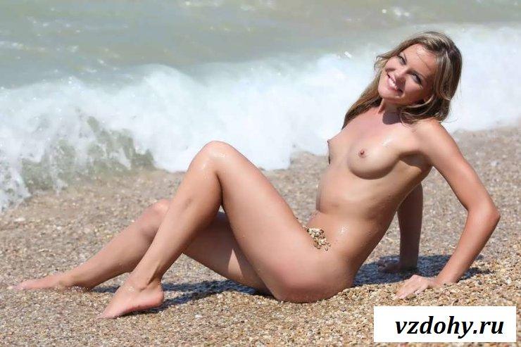 Раздетая первокурсница на каменистом берегу (20 фото эротики)