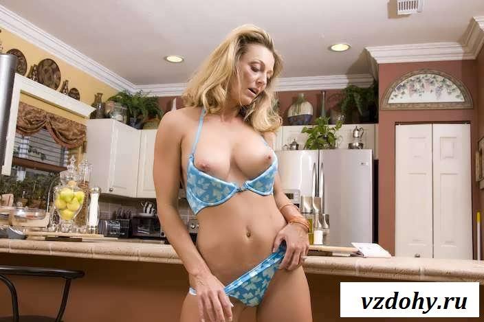 Голая дама верит попой на кухне (43 фото эротики)