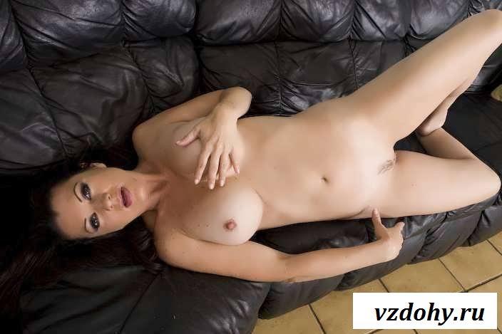 Раздетая буферистая девка на большом диване (60 фото эротики)
