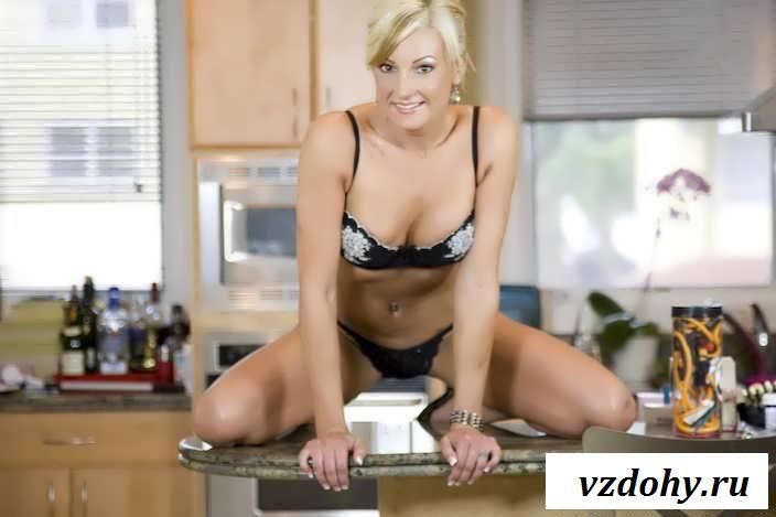 Раздетая тетечка с шикарным телом на столе (86 фото эротики)