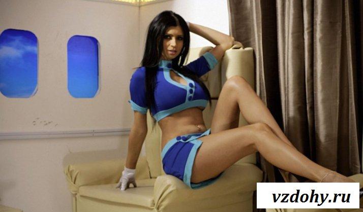 Эротика бортпроводницы со здоровым бюстом в самолете (15 фото)