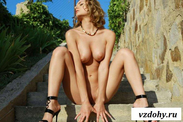 Голая русская девчонка с аппетитной попкой на лестнице (20 фото эротики)