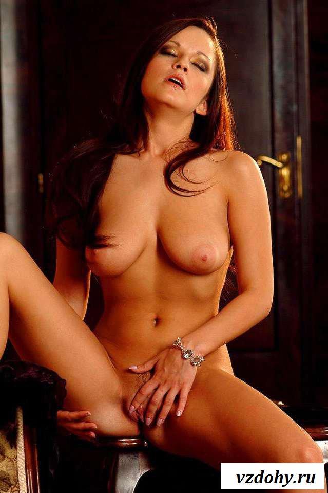 Обнаженная сексуальная телка с натуральной грудью (20 фото эротики)