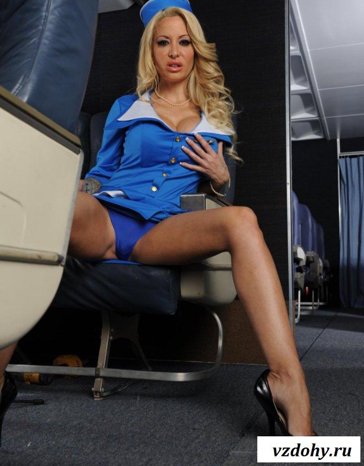 Раздетая девица в самолете с ненастоящими сиськами (15 фото эротики)