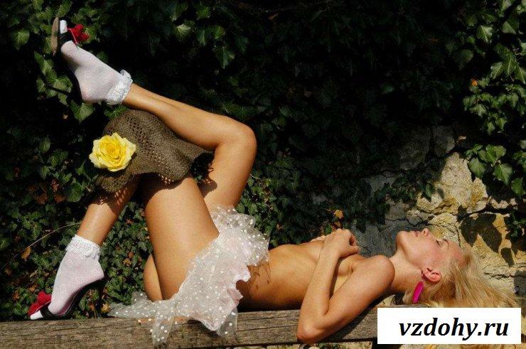 Эротика девчонки украинки в тени деревьев (27 фото)