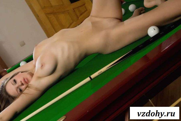 Обнаженная сучка на бильярдном столе с кием в руках (20 фото эротики)