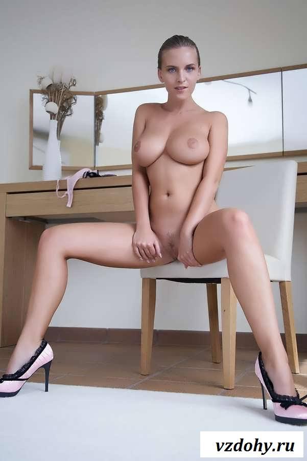 Голая секс бомба без трусов позирует на столе (20 фото эротики)