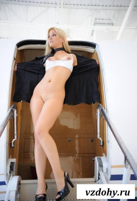 Голые девушки с шикарными телами в авиалайнере (20 фото эротики)