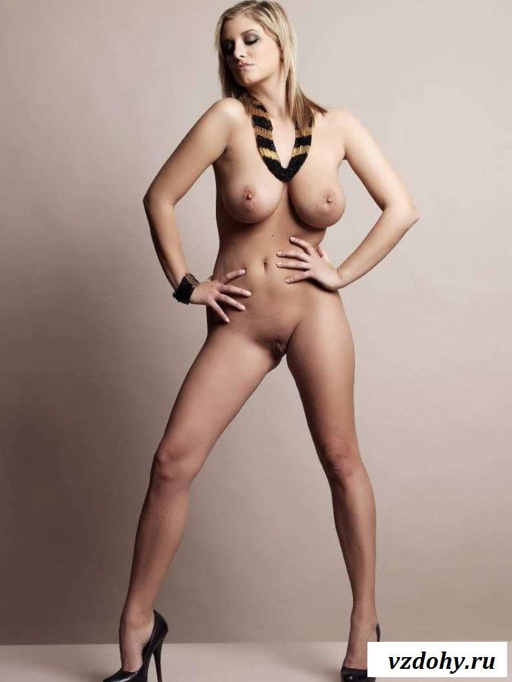 Обнаженная sex bomb с крупными титьками раком (38 фото эротики)