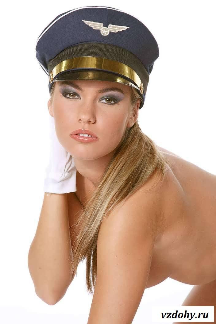 Раздетая девушка прямо с борта самолета (20 фото эротики)