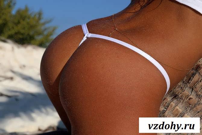 Эротика красотки с манящей киской на берегу океана (45 фото)