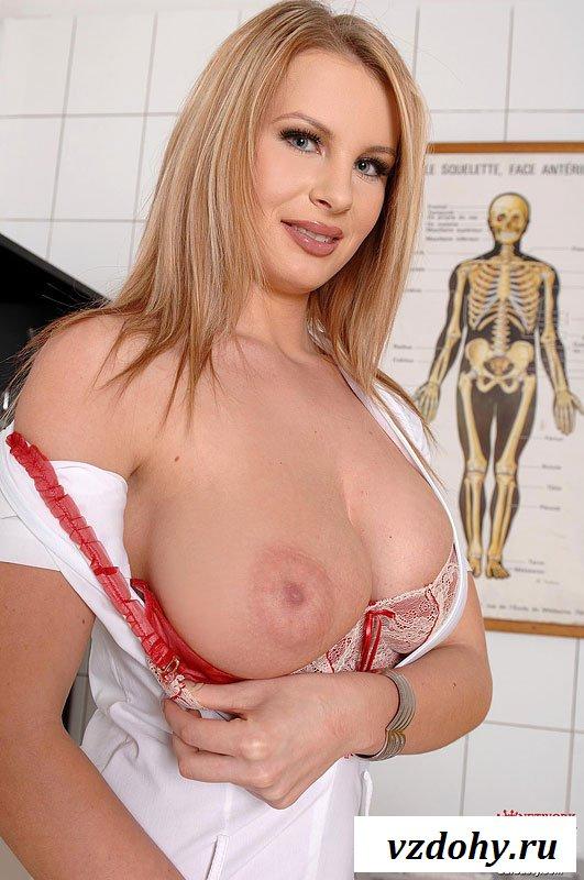Опытная докторша показала голое тело