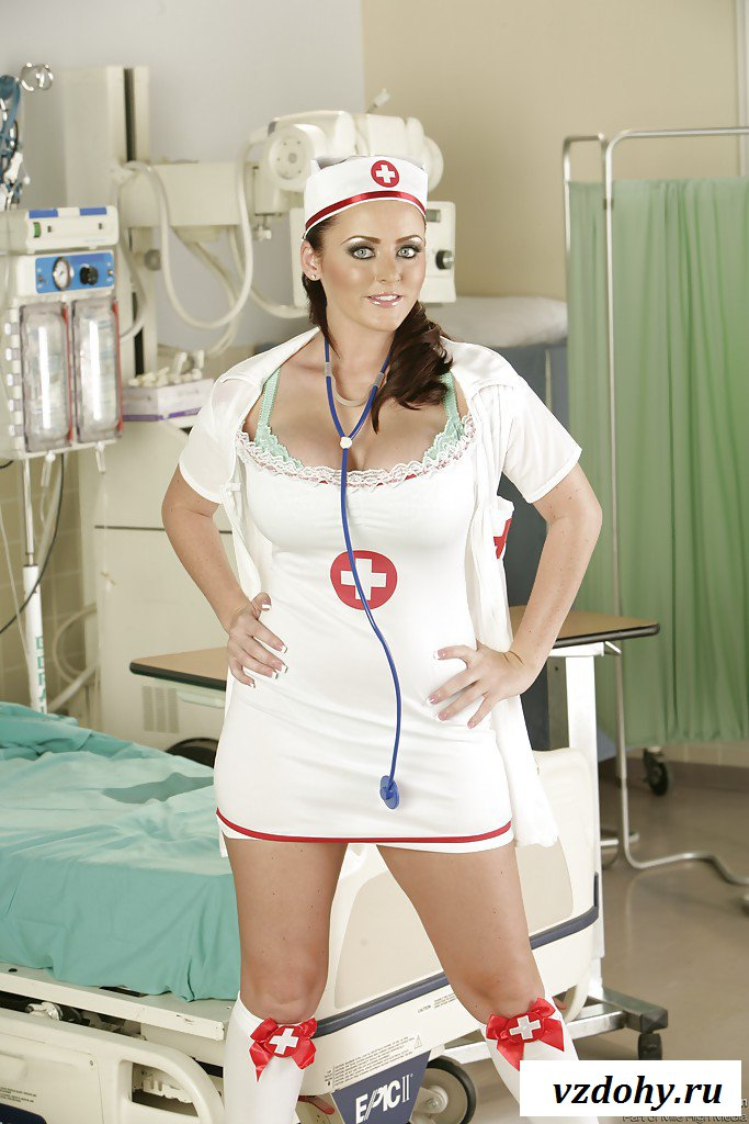 Работница больницы хвастает голыми дойками