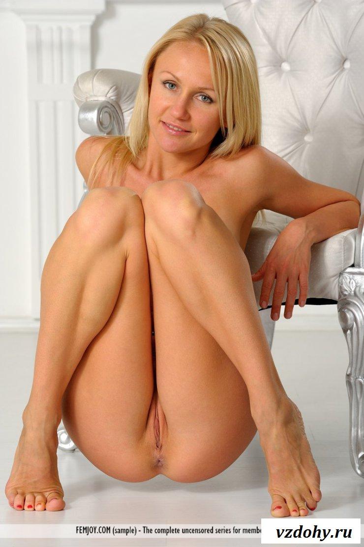 Сексуальная зрелая мамочка позирует голая