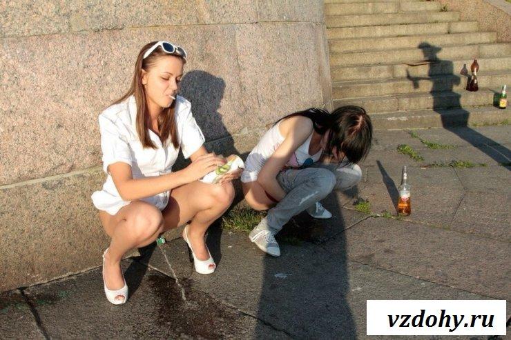 Обнаженные тварюги писаются на улице