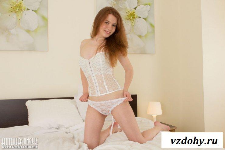 Пизда молодой девушки крупным планом на постели