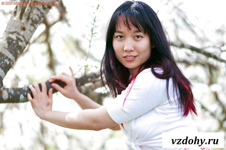 Голая азиатка позирует тогда, когда расцвела сакура
