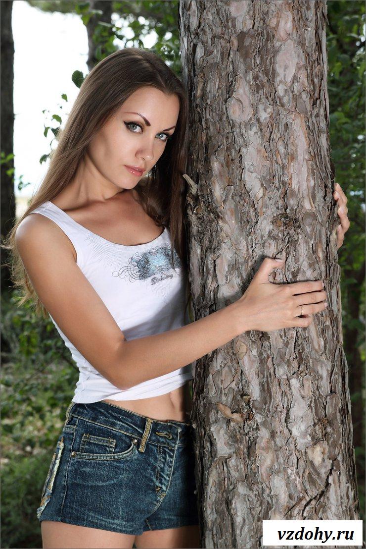 Молодая девушка позирует на природе голая