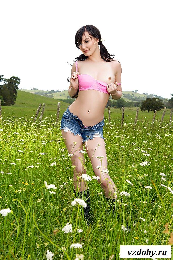 Деревенская красавица раздевается в поле на зеленой траве