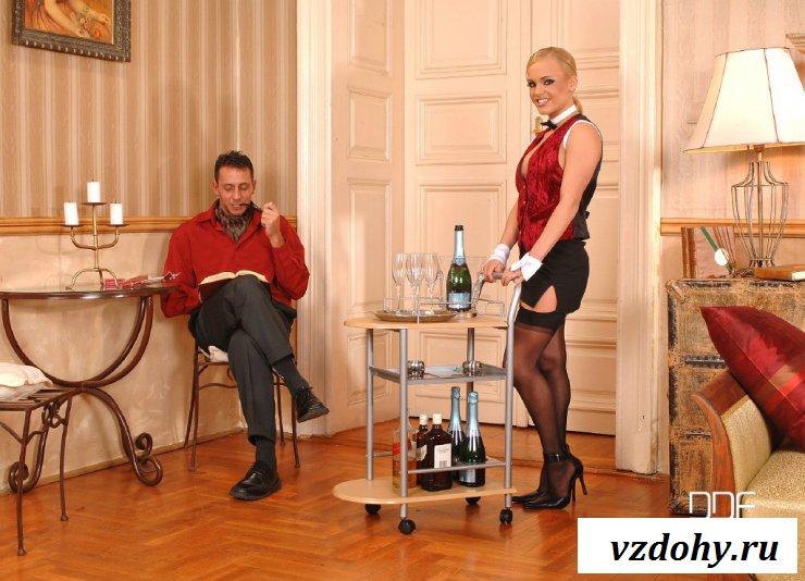 Эротичная блондинка обслужила красавчика по полной программе