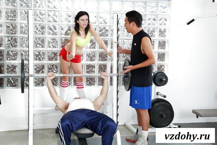 Голые красавицы в спортзале трахаются с тремя кавалерами