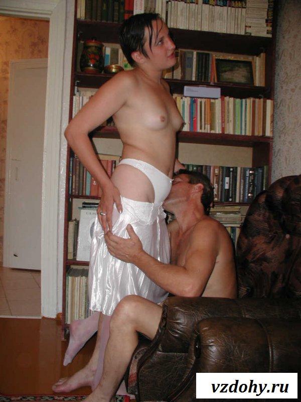 Обнаженная брюнетка в белых чулках ебется с любовником