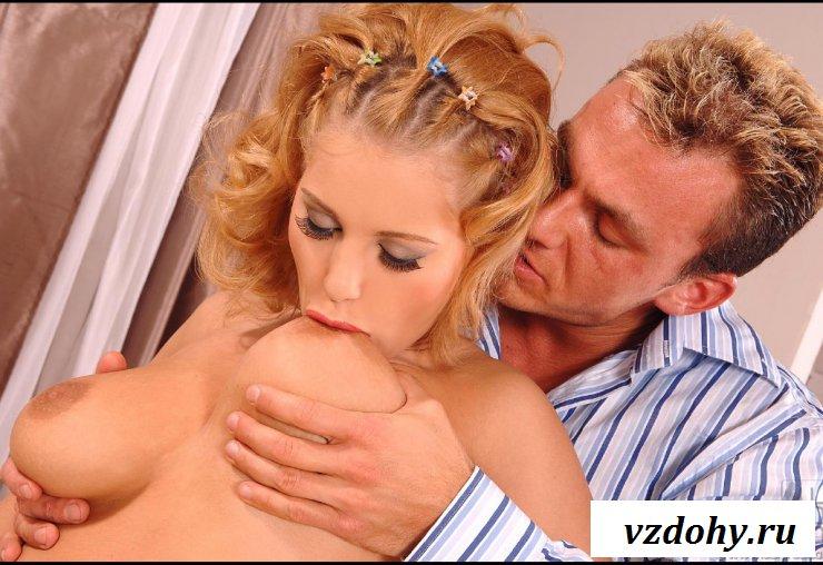 Эротичная девушка с аппетитной грудью облизывает жарко член