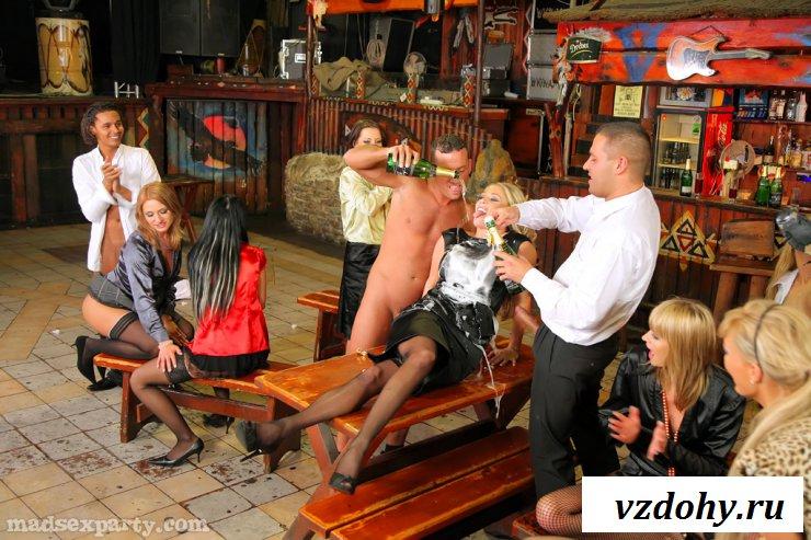 Раздетые девушки обливаются вином и ебутся в баре