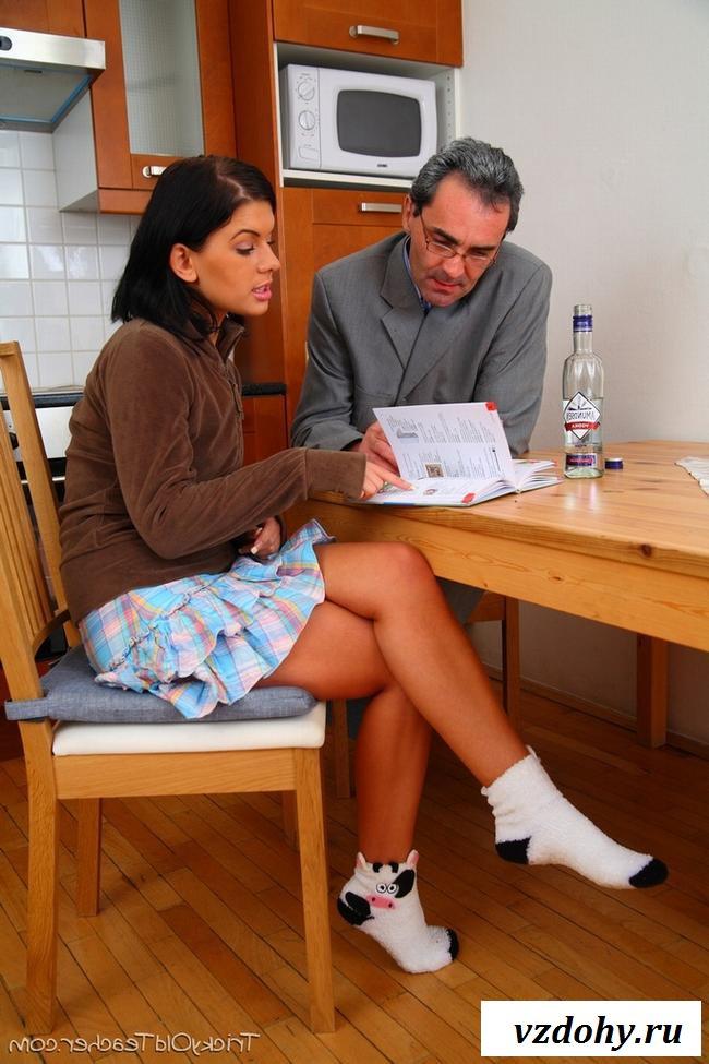 Развратная студентка с голой писькой соблазнила учителя