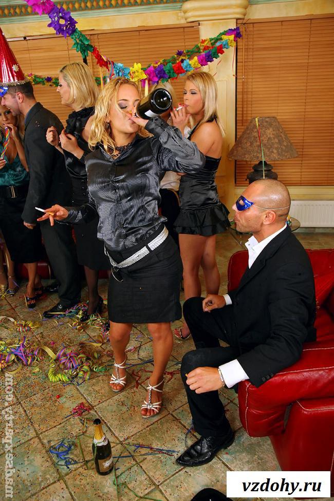 Эротичные женщины стали совращать на вечеринке мужчин
