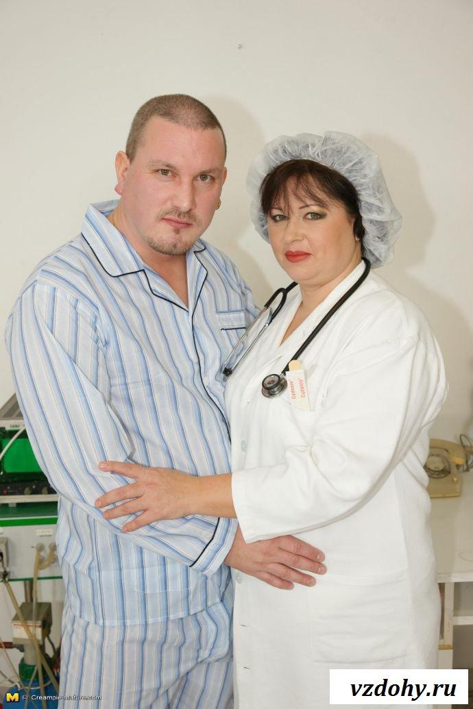 Толстая медсестра с голыми сиськами ебется с больным