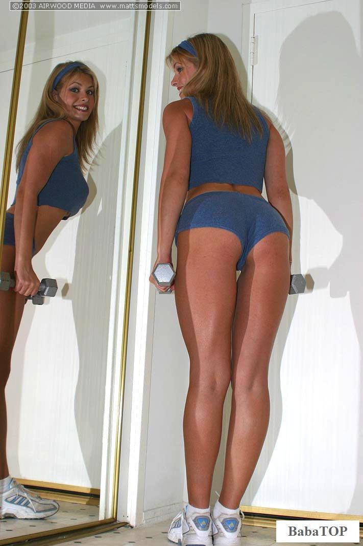 Эротика спортсменки возле зеркала