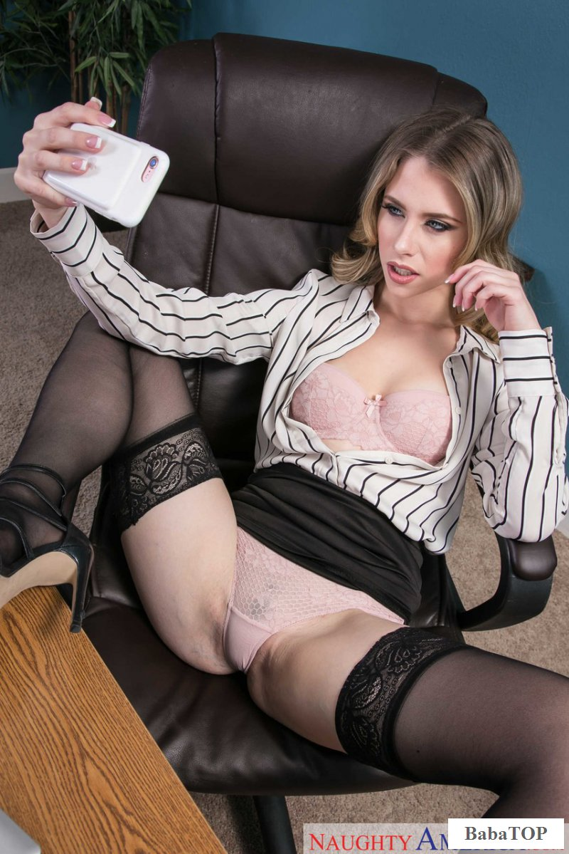 Порно с сотрудницей в офисе на столе