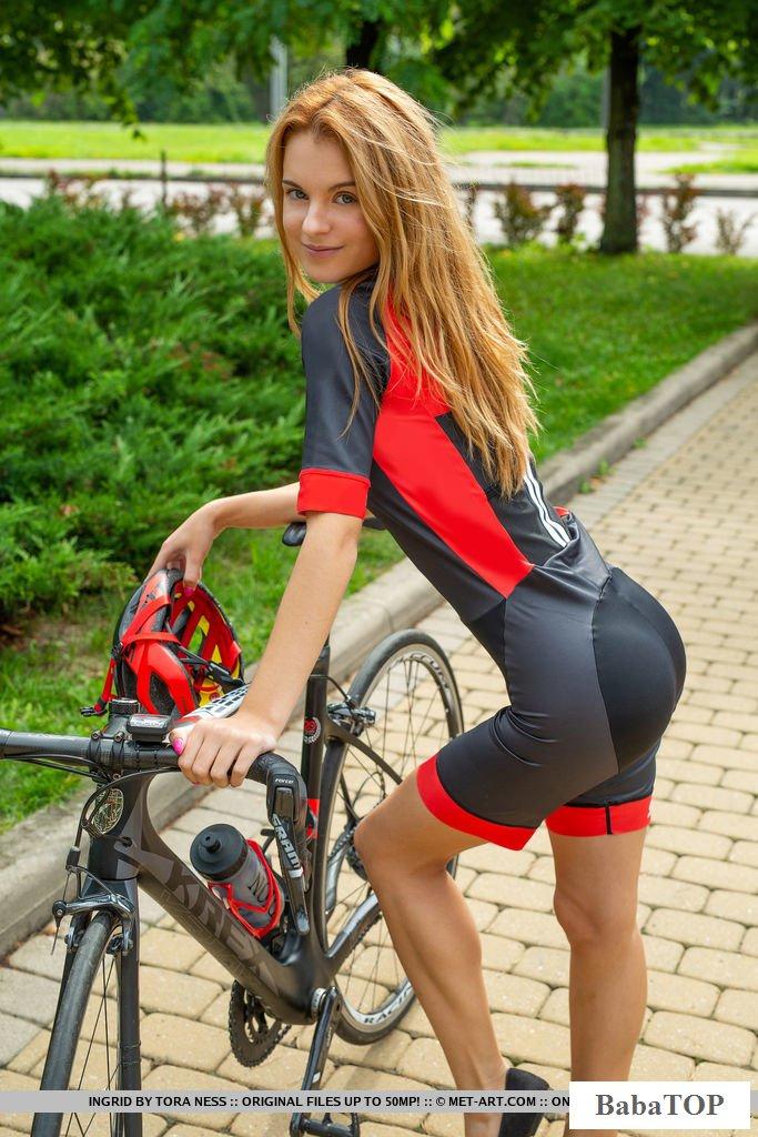 Обнаженная велосипедистка вернулась с поездки